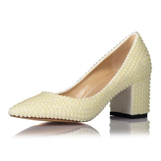 zapatos de tacón medio color crema con punta perla y punta fina